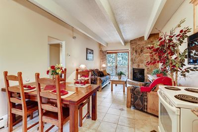 Dining area. Table and condo accomodate up to 8 guests.