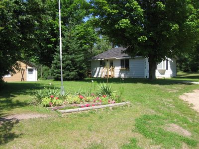 Photo for Cheerful Pet Friendly Cottage (WiFi, sauna, deck, fire pit, cable TV)