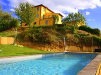 Lovely quiet location with beautiful views and gorgeous sunsets, great base for sightseeing.