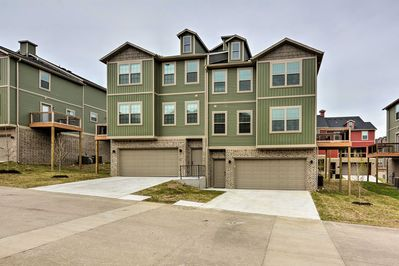 The townhome is ideally situated just 3 miles from campus & 4 miles to downtown.