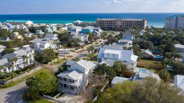 Destin Dreaming - Excellent corner location just 2 blocks to public beach access