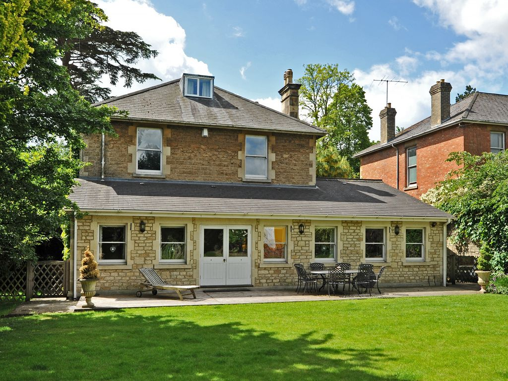 Lovely House in walled garden Large Victorian Town House Pets