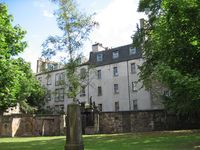 Cozy and charming apartment next to historic Greyfriars Cemetary, very quiet.