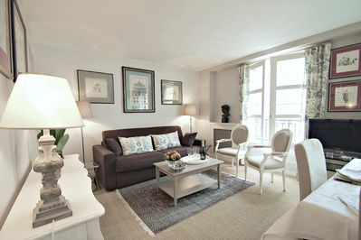 Living room, tastefully decorated. Apartment newly renovated & equipped