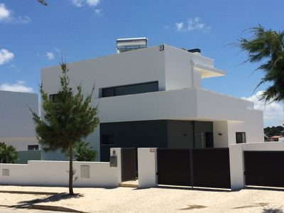 Photo for Modern villa with swimming pool and terrace, near the Bay of Obidos