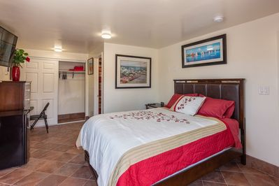 Red Suite - Enjoy your stay in your private suite with own entrance