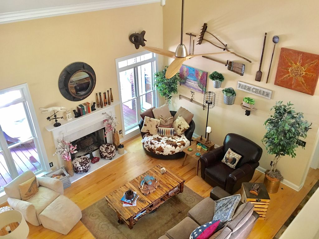 Gated Artsy Spacious Reynolds Farm House Lakefront With