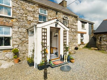 Traditional Farmhouse Close To Beaches & Coastal Paths, Near Solva And St Davids