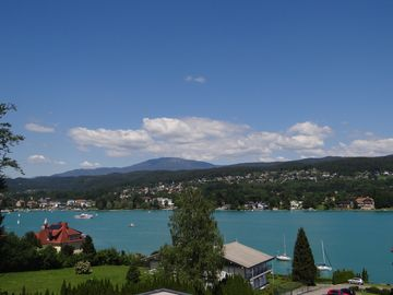 Penthouse apartment with lake view and lake access in quiet Velden