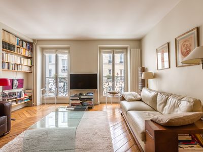 Photo for 15 minute walk to The Louvre and Notre Dame. Tasteful 2 bed (Veeve)