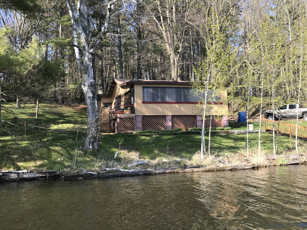 Secluded lake front cabin on one of wisconsin 39 s premiere for Fishing cabin rentals wisconsin