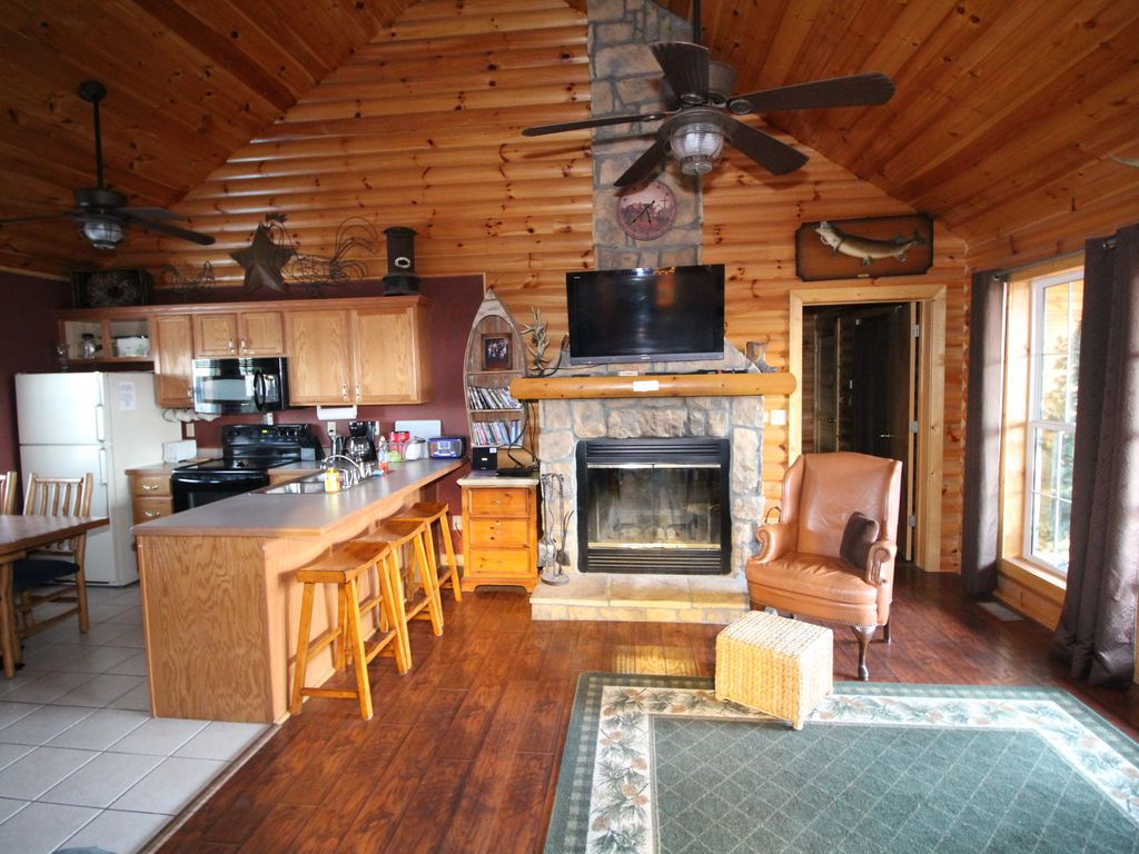 Log Cabin, Wooded, Secluded, 2 Jacuzzi, WiFi, Nature Trails, 1 Mile From SDC