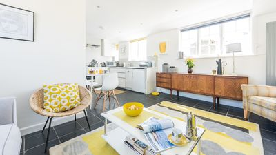 Photo for 15 The Digey, in the heart of St Ives town. Beach just 2 minutes' walk. Shops, restaurants and galleries all super close. Free WiFi.