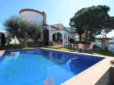 Photo for Villa in Empuriabrava with private pool suitable for families and groups up to 8 p