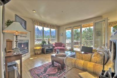 Great Room with Skyline Vistas, Flatscreen TV and Fireplace