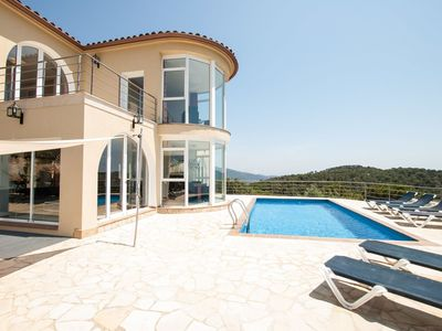 Photo for Wonderful private villa with private pool, hot tub, WIFI, TV, balcony, pets allowed and parking