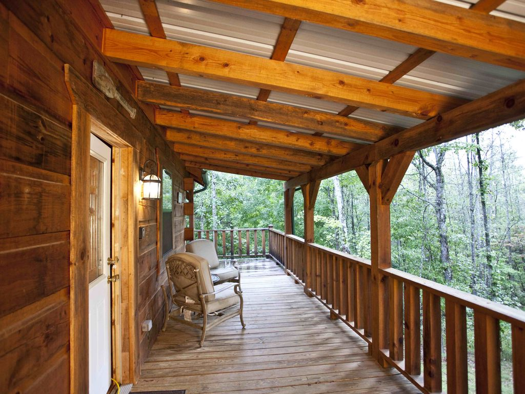 Cozy studio log cabins with hot tubs and wifi deer cabin for Log cabin with hot tub one night stay