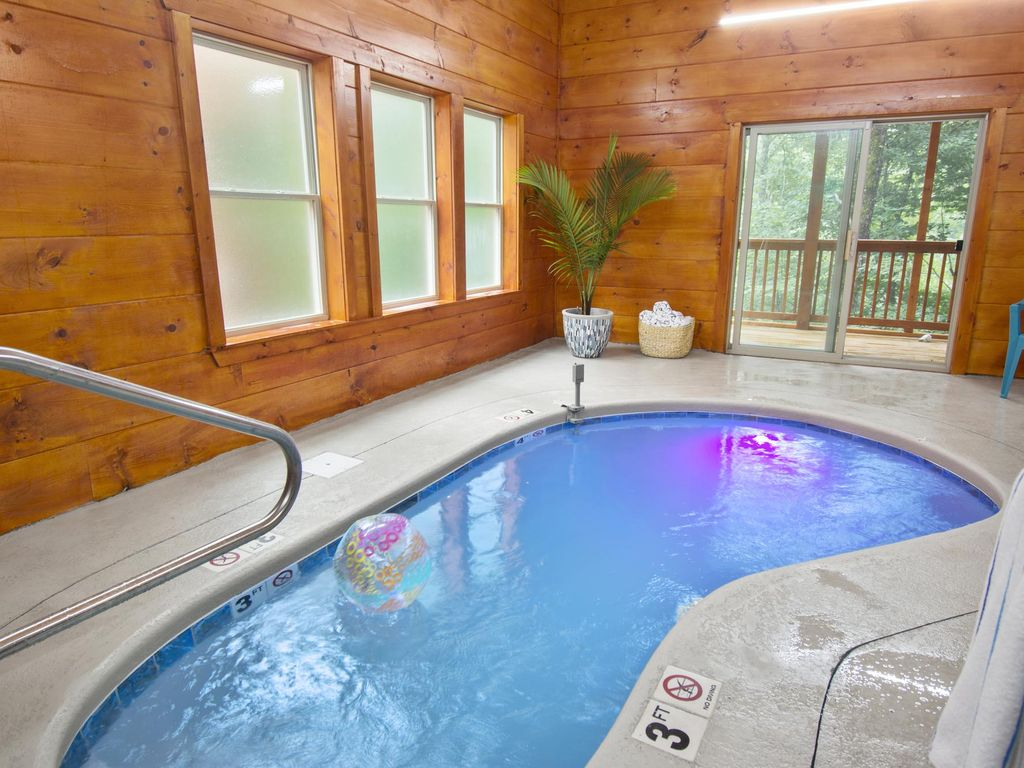 Chic Retreat 1 - Huge Theater, Indoor/Outdoor Pools, TV Wall, Hot Tub, Game  Room - Sevierville