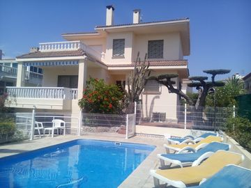 BEAUTIFUL VILLA WITH AC + PRIVATE & FENCED POOL + ONLY 200M FROM THE SANDY BEACH