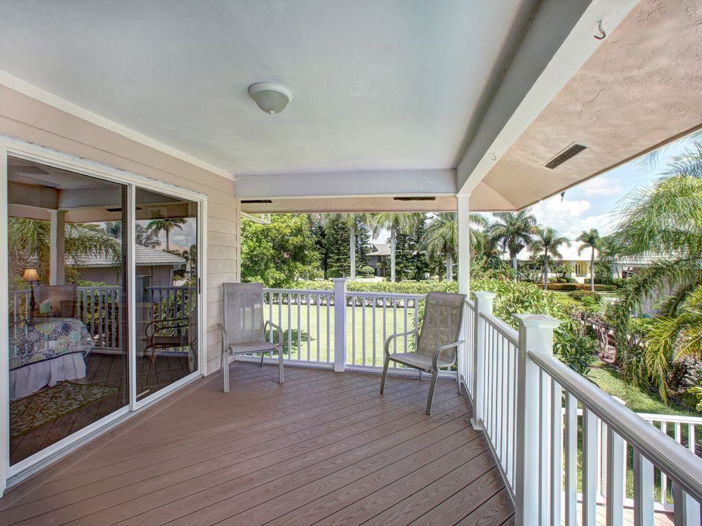 FIELDSTONE BEACH HOUSE - 4 Bed, Walking Distance to Beach and Shopping!