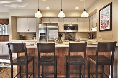 Kitchen w/island seating for 4, stainless refrigerator/freezer w/filtered water.