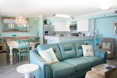 Bright and open living/dining/kitchen area