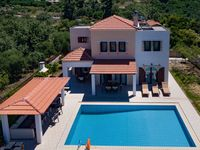 very nice villa in a very pleasant location with lovely views of the White mountains, which contr...