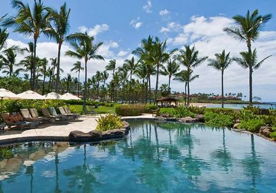The adult pool with Wailea Beach behind