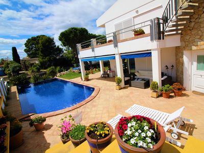 Photo for Spectacular sunny villa in the heart of Empuriabrava, with mooring of 11 m in the canal p