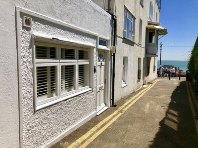 Photo for Modern Cottage 2 Minutes Walk From Beach, 1 min restaurants, cafe, fish 'n' chip