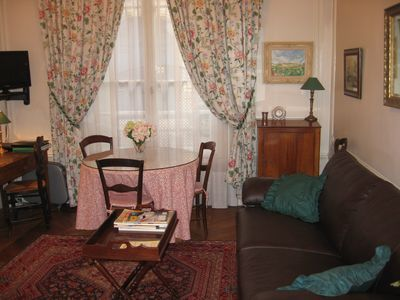 Champs Elysees-Large,beautifully appointed studio-apartment sleeps 2 to 5