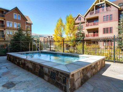 Photo for Spacious condo with vaulted ceilings, on-site pool & ht, close to biking & hiking trails