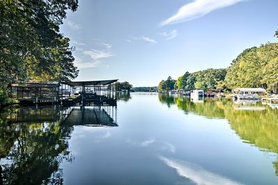Experience lakeside living from this vacation rental house in Hot Springs!