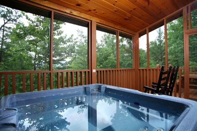 A Walk in the Clouds is less than 5 minutes from downtown Gatlin - From the screened-in porch you can watch eagles and falcons soar above the treetops without unwelcome buzzing guests bothering you. Whether you admire the vista from the hot tub or a rocking chair is up to you!