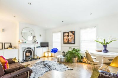 Large reception room to relax, listen to music or watch TV. WIFI included.