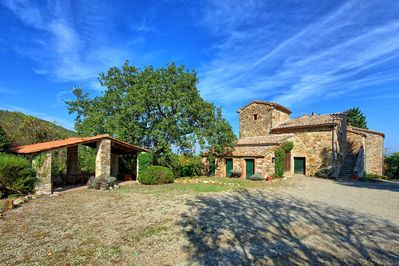 Large villa set in a tranquil and panoramic location in southern Tuscany