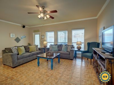 Beautiful 3/2.5 that sleeps 10 and is Close to the Beach
