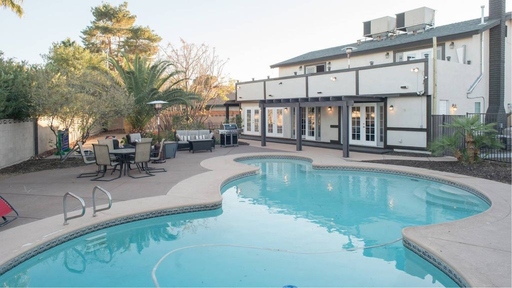 The Grandview Place: 4mi to Strip,Very Private Heated Pool,Jacuzzi ...