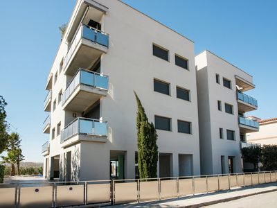 Photo for 4 person apartment with communal swimming pool 1km from the beach.
