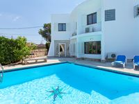 A big, friendly house with a spacious pool to jump and swim in, perfect situated