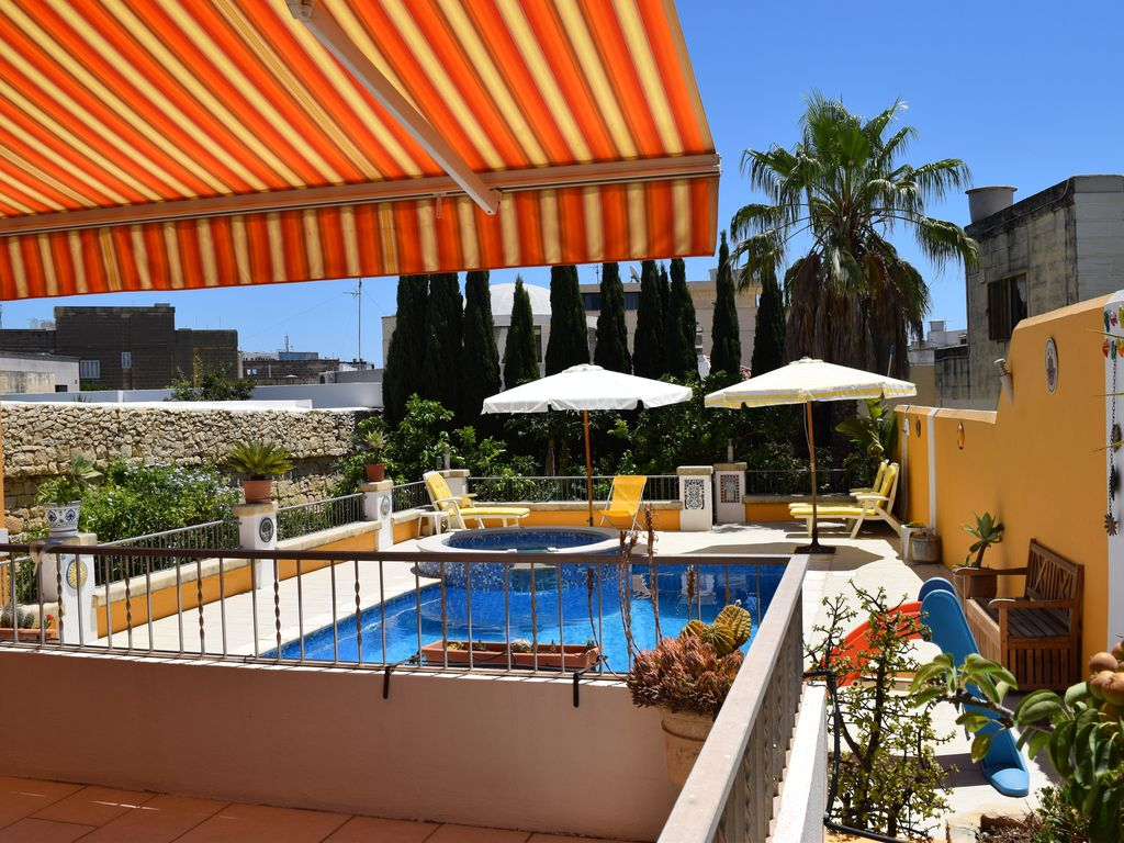 Central villa cosy apartment with large pool - free wifi/parking! Photo 1