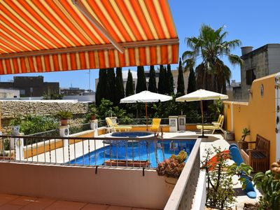 Photo for Central villa cosy apartment with large pool - free wifi/parking!