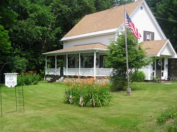 Charming & cozy home tastefully decorated w/comfort in mind
