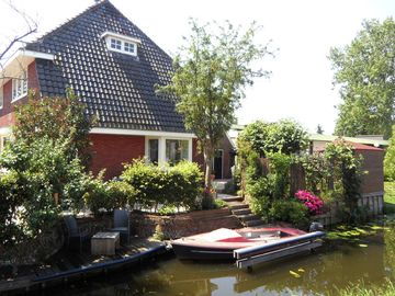 Holiday home by the water, with a delightful sunny garden in Reeuwijk, near Gouda