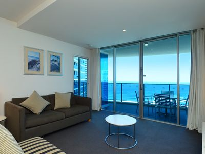 Apartment 12804 offers splendid views of the cosmopolitan area of Surfers