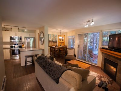 Deluxe, Modern Whistler Village Condo. BBQ and Pool & Hot Tub Access. WiFi
