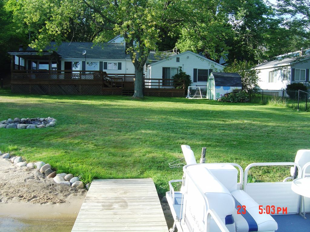 Charming spacious 5 bedroom lakefront vacation home cloverdale michigan for 10 bedroom vacation rentals in michigan