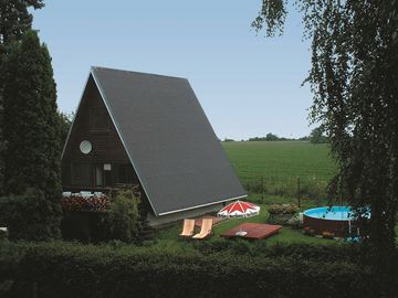 Holiday house with outdoor swimming pool and table tennis at a fishing pond
