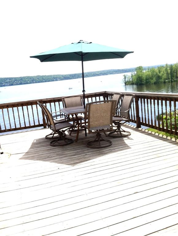 Directly on Saratoga Lake -3 miles to Downtown