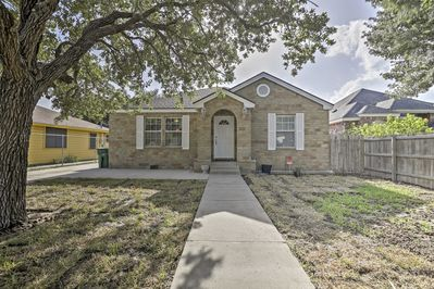 Up to 6 guests will sleep comfortably in this vacation rental house in Weslaco!
